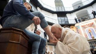 Ο πάπας Φραγκίσκος έπλυνε τα πόδια 12 κρατουμένων σε φυλακή της Ρώμης