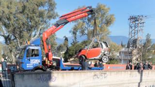 Εικόνες από το αυτοκίνητο που έπεσε στις ράγες του ΗΣΑΠ