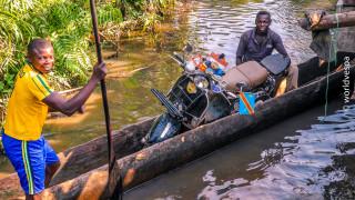 Εξερευνώντας τα χίλια πρόσωπα της Αφρικής με μια… βέσπα