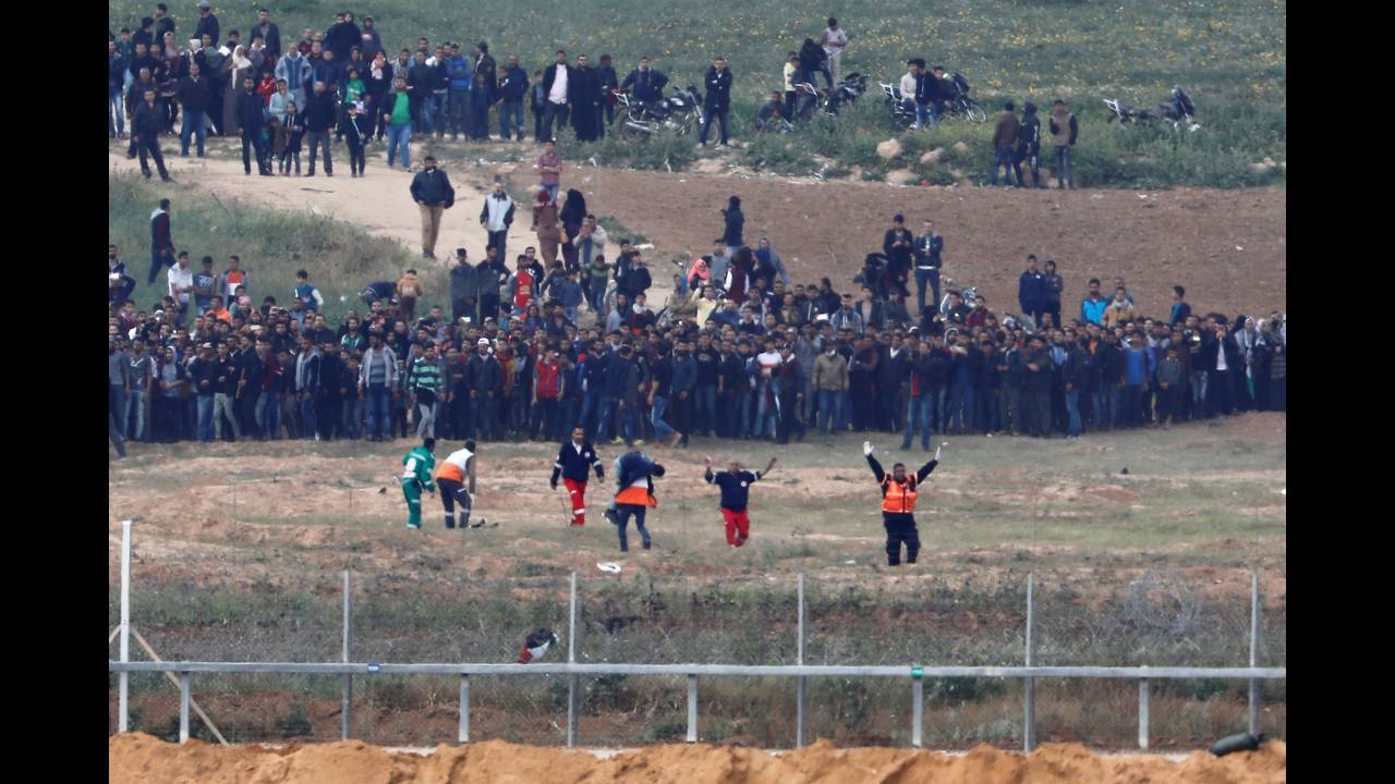 https://cdn.cnngreece.gr/media/news/2018/03/30/123888/photos/snapshot/2018-03-30T110709Z_1023410886_RC14B8E0F9A0_RTRMADP_3_ISRAEL-PALESTINIANS-PROTESTS.JPG