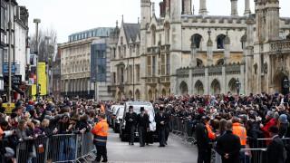 Πλήθος κόσμου στην κηδεία του σπουδαίου αστροφυσικού Στίβεν Χόκινγκ