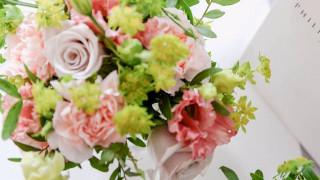 Χάρι-Μέγκαν Μαρκλ: λευκά τριαντάφυλλα, παιώνιες και δακτυλίτιδες στον γαμήλιο στολισμό της εκκλησίας