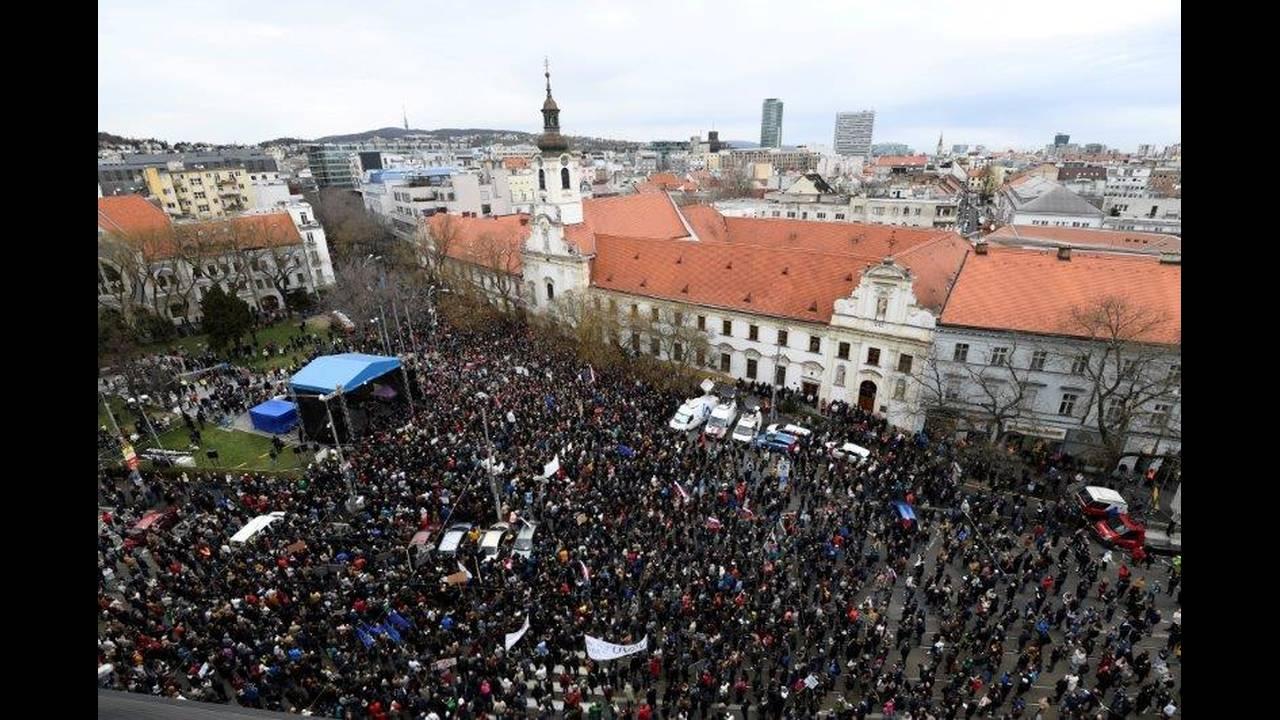 https://cdn.cnngreece.gr/media/news/2018/04/06/124726/photos/snapshot/2018-04-05T154813Z_1604058180_RC1CAD13F7F0_RTRMADP_3_SLOVAKIA-POLITICS.jpg