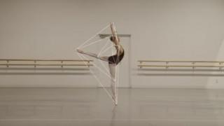 Ταινία μικρού μήκους καταγράφει τις κινήσεις μπαλαρίνας με... γεωμετρικά σχήματα