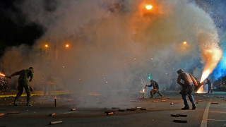 Σαϊτοπόλεμος, λιτανείες, αερόστατα και χοροί: Τα φαντασμαγορικά έθιμα του Πάσχα
