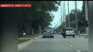 Οδηγός Ι.Χ. εξοργίζεται και πέφτει πάνω σε οδηγό μηχανής