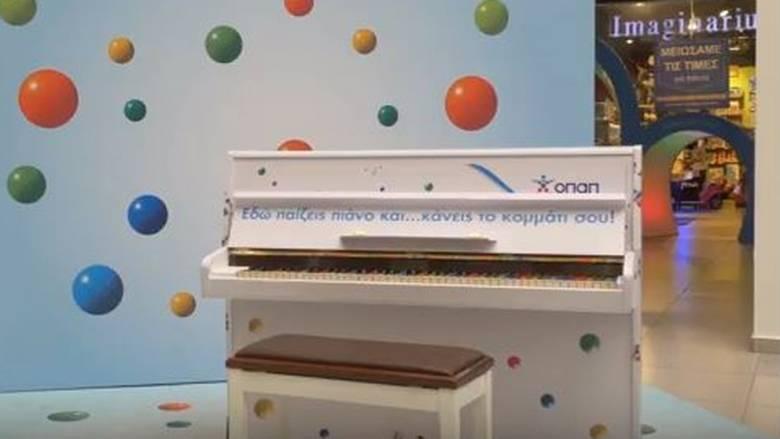 Tι κάνουν τρία πιάνο μόνα τους στους δρόμους της Αθήνας;