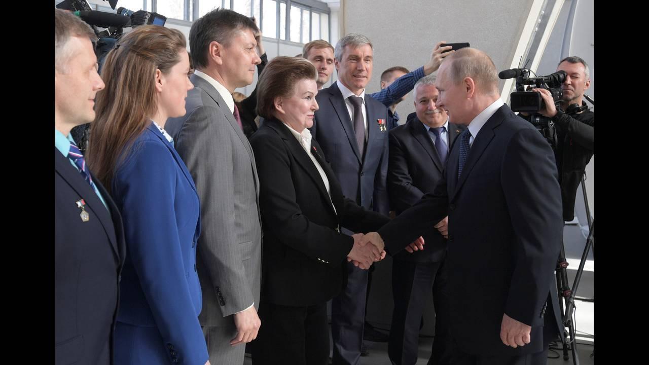 https://cdn.cnngreece.gr/media/news/2018/04/13/125628/photos/snapshot/2018-04-12T135557Z_1146032001_RC1F8E5E2BE0_RTRMADP_3_RUSSIA-PUTIN.jpg