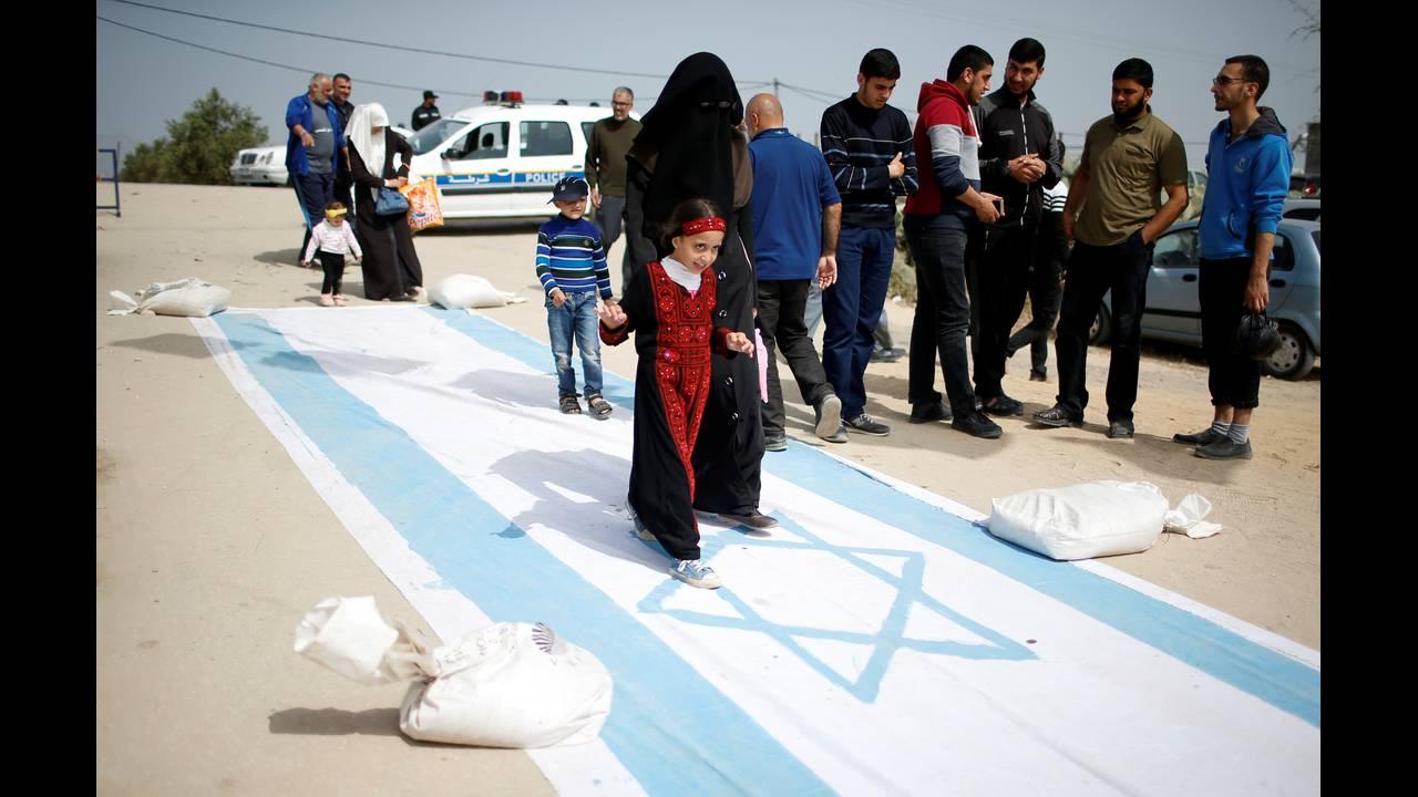 https://cdn.cnngreece.gr/media/news/2018/04/13/125656/photos/snapshot/2018-04-13T083815Z_1001783555_RC1D7BC4A790_RTRMADP_3_ISRAEL-PALESTINIANS-PROTESTS.JPG