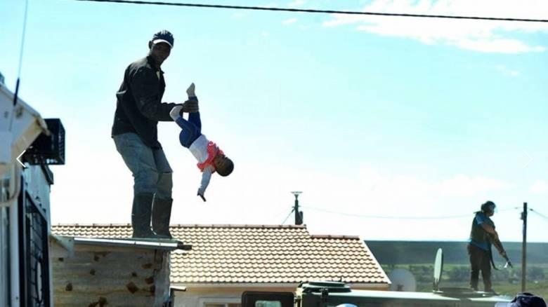 Απίστευτες εικόνες: «Πατέρας» πέταξε την κόρη του από τη στέγη σπιτιού