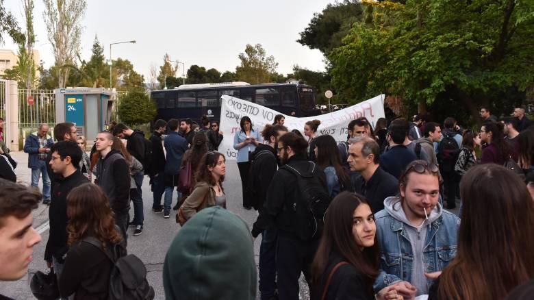 Σταματάει την απεργία πείνας και δίψας ο Β. Δημάκης