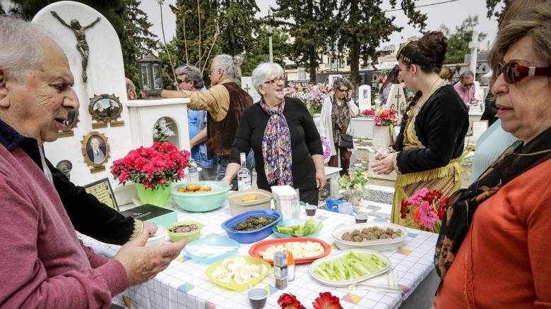 Κυριακή του Θωμά: Γιατί οι Πόντιοι τρώνε πάνω στους τάφους