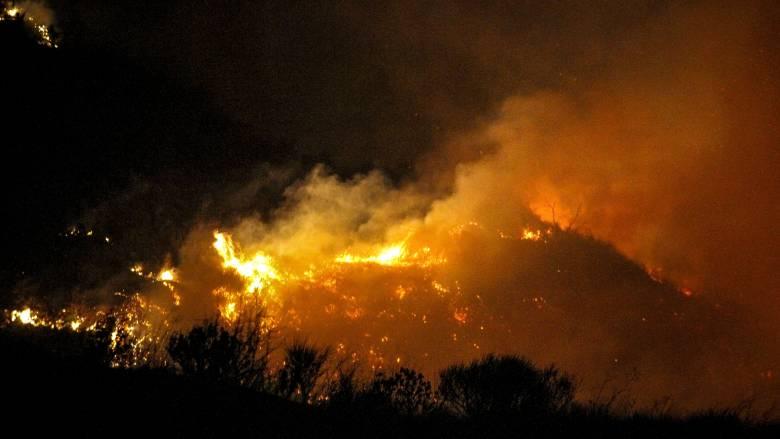 Ανεξέλεγκτη η φωτιά στην Ηλεία - Καίγονται σπίτια
