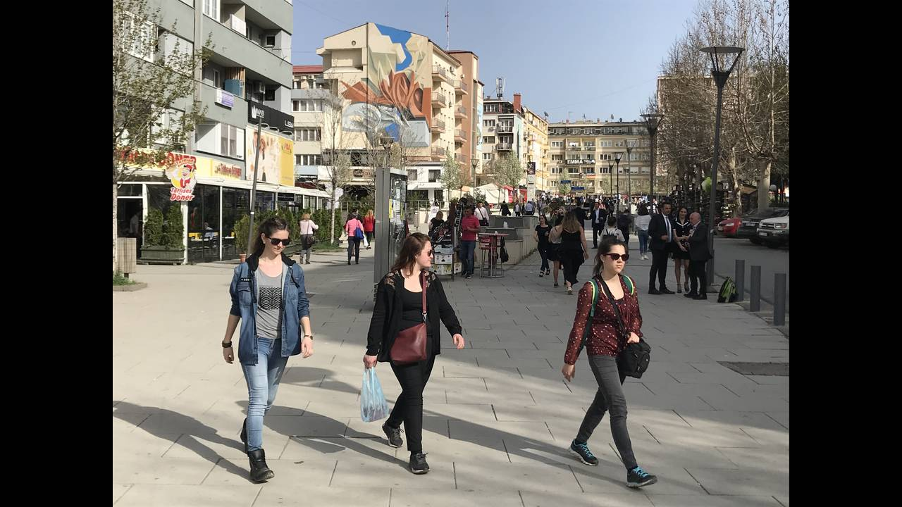 https://cdn.cnngreece.gr/media/news/2018/04/15/125990/photos/snapshot/people-pristina.jpg