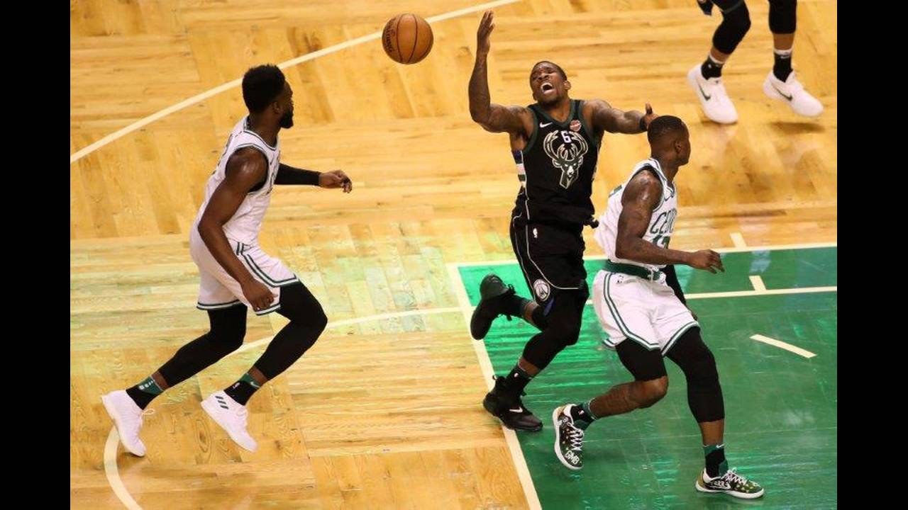 https://cdn.cnngreece.gr/media/news/2018/04/16/126006/photos/snapshot/2018-04-15T192650Z_1950789813_NOCID_RTRMADP_3_NBA-PLAYOFFS-MILWAUKEE-BUCKS-AT-BOSTON-CELTICS.jpg