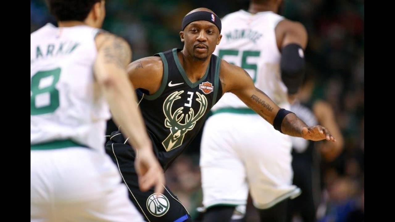 https://cdn.cnngreece.gr/media/news/2018/04/16/126006/photos/snapshot/2018-04-15T192734Z_1098563179_NOCID_RTRMADP_3_NBA-PLAYOFFS-MILWAUKEE-BUCKS-AT-BOSTON-CELTICS.jpg