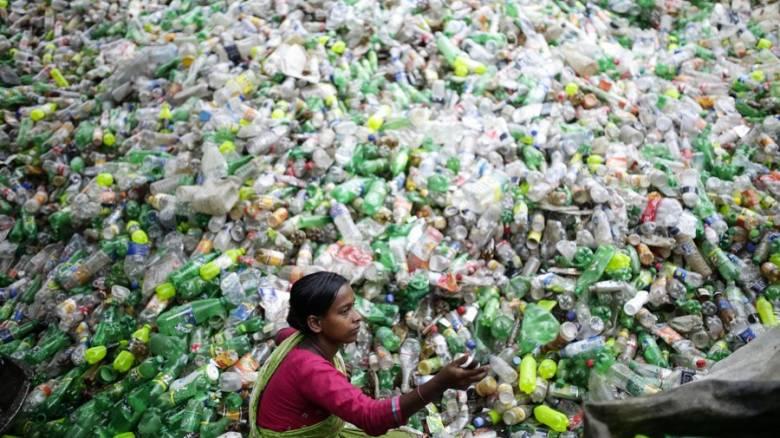 Επαναστατικό επίτευγμα: Δημιουργήθηκε ένζυμο που «τρώει» πλαστικά μπουκάλια