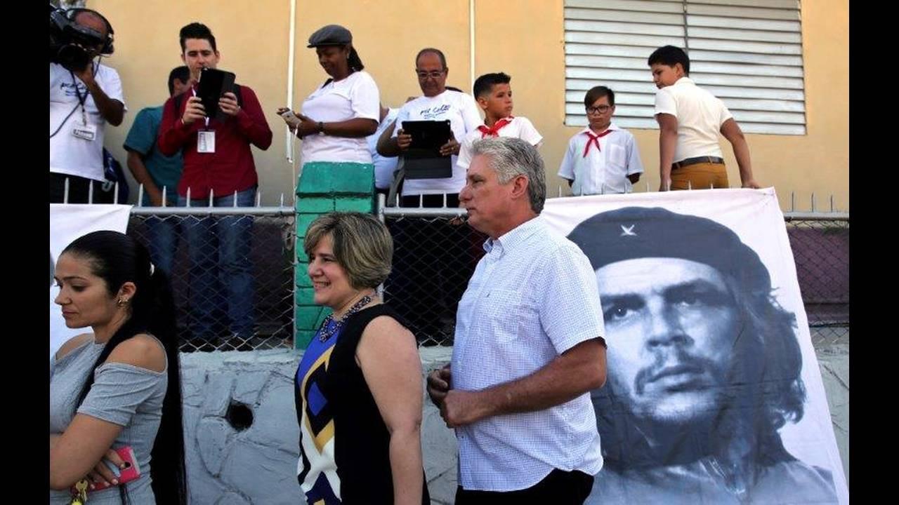 https://cdn.cnngreece.gr/media/news/2018/04/19/126545/photos/snapshot/2018-04-18T040647Z_1416710946_RC16142DB970_RTRMADP_3_CUBA-POLITICS-DIAZCANEL.jpg