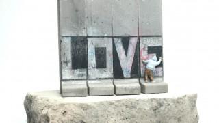 Ο αινιγματικός Banksy διατίθεται και ως σουβενίρ στη Βηθλεέμ