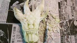 Ο καλλιτέχνης που μετατρέπει φρούτα και λαχανικά σε… γλυπτά