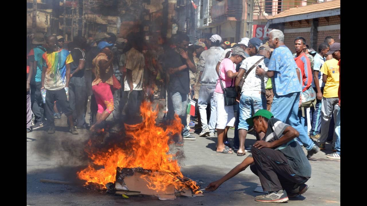 https://cdn.cnngreece.gr/media/news/2018/04/21/126843/photos/snapshot/2018-04-21T151425Z_173732477_RC1483910510_RTRMADP_3_MADAGASCAR-PROTESTS.jpg