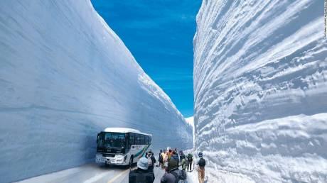Διασχίζοντας τα εντυπωσιακά τείχη χιονιού στη «Στέγη της Ιαπωνίας»