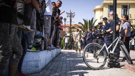 Ένταση στη Μυτιλήνη: Συγκεντρωμένοι πέταξαν μπουκάλια και φωτοβολίδες σε πρόσφυγες