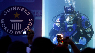Υποβρύχιο… Γκίνες: Έκανε παγκόσμιο ρεκόρ μένοντας για 15 ώρες και 19 λεπτά κάτω από το νερό