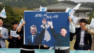 Ιστορική συνάντηση Κιμ-Μουν πάνω στη γραμμή που χωρίζει την κορεατική χερσόνησο