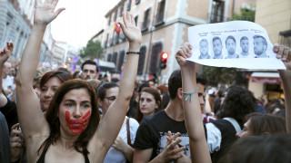 Στους δρόμους οι Ισπανοί μετά την αθώωση πέντε ανδρών για τον ομαδικό βιασμό μιας έφηβης