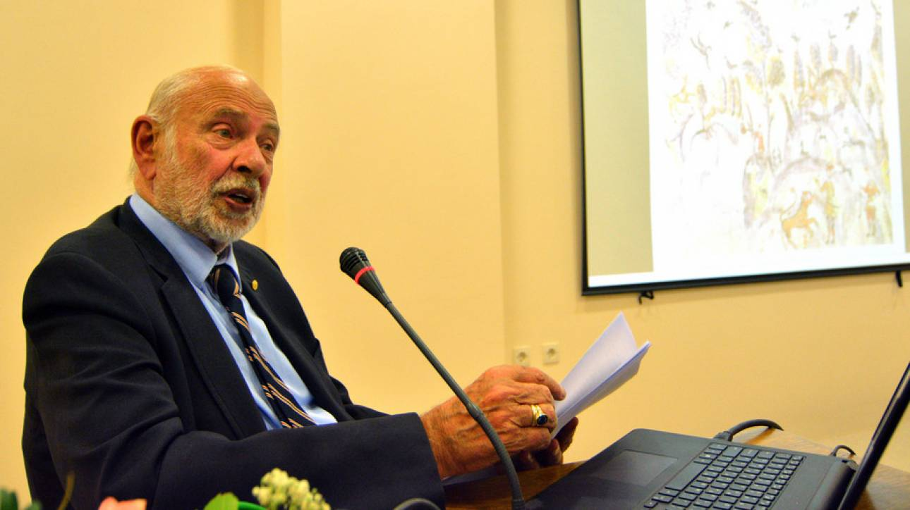 Οι εργαζόμενοι του Μουσείου Μπενάκη αποχαιρετούν τον Α. Δεληβορριά