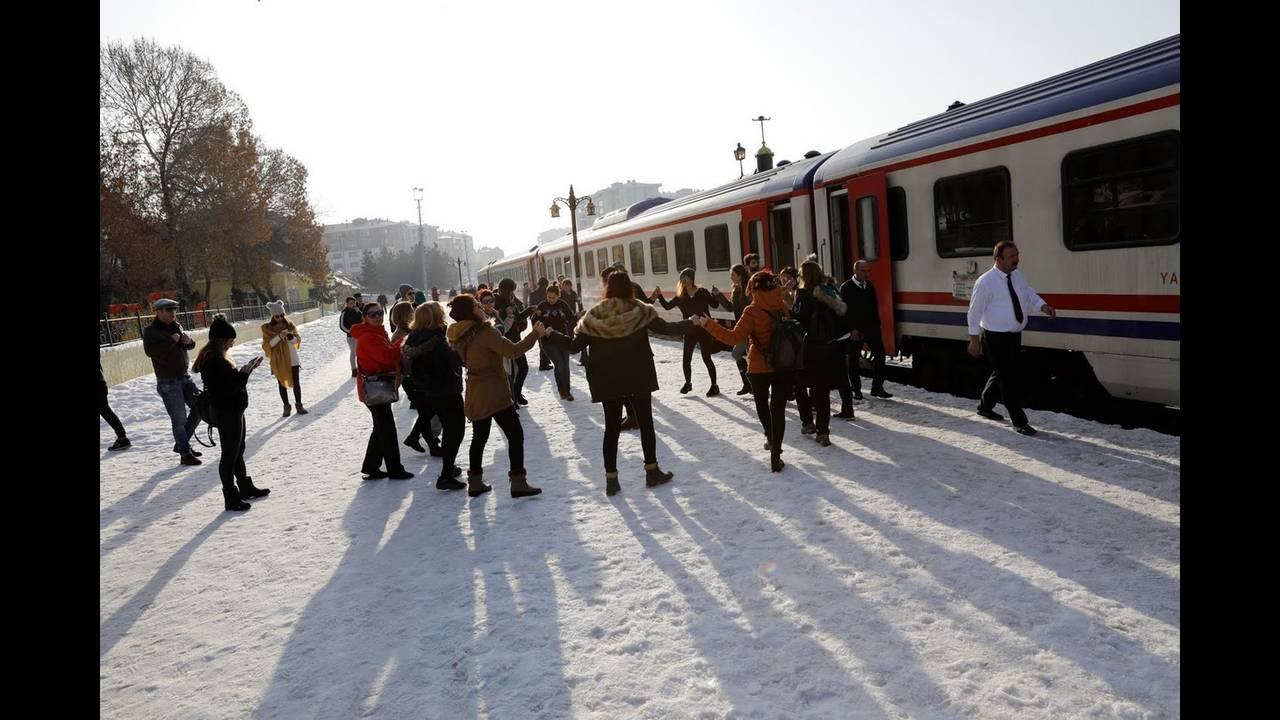 https://cdn.cnngreece.gr/media/news/2018/04/27/127635/photos/snapshot/train5.jpg