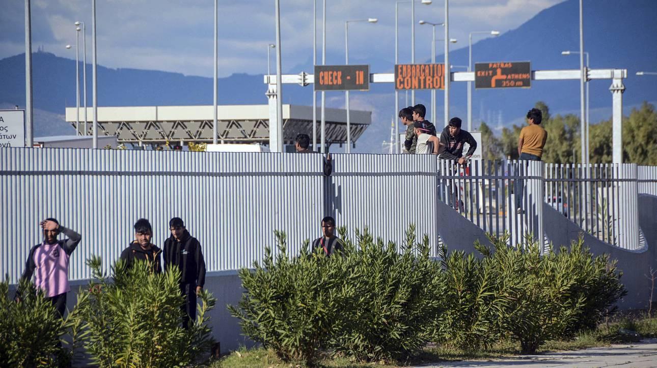 Πάτρα: Πρόσφυγες και μετανάστες έσπασαν τον φράχτη και εισβάλλουν στο λιμάνι