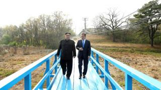 Οι «στιγμές» και οι συμβολισμοί της ιστορικής συνάντησης Κιμ - Μουν Τζε-ιν