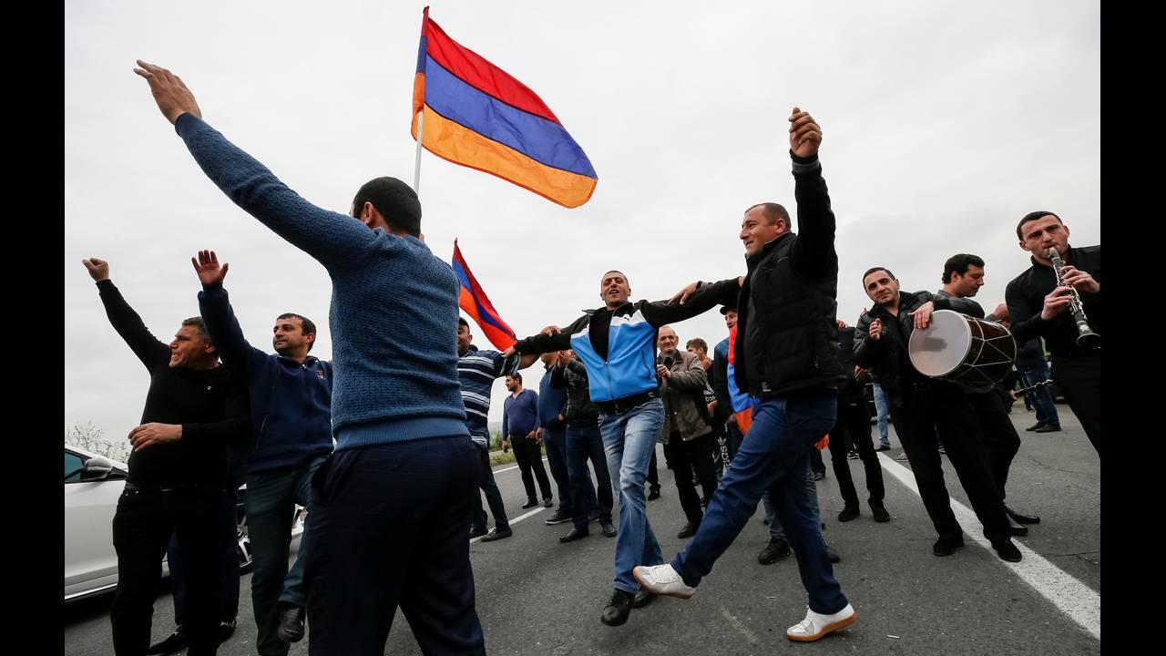 https://cdn.cnngreece.gr/media/news/2018/04/28/127826/photos/snapshot/2018-04-28T082502Z_822010611_RC1C05049170_RTRMADP_3_ARMENIA-POLITICS.JPG
