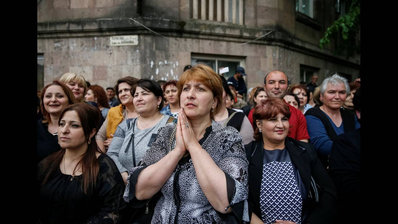 https://cdn.cnngreece.gr/media/news/2018/04/28/127826/photos/snapshot/2018-04-28T144329Z_882956097_RC1709B56E00_RTRMADP_3_ARMENIA-POLITICS.JPG