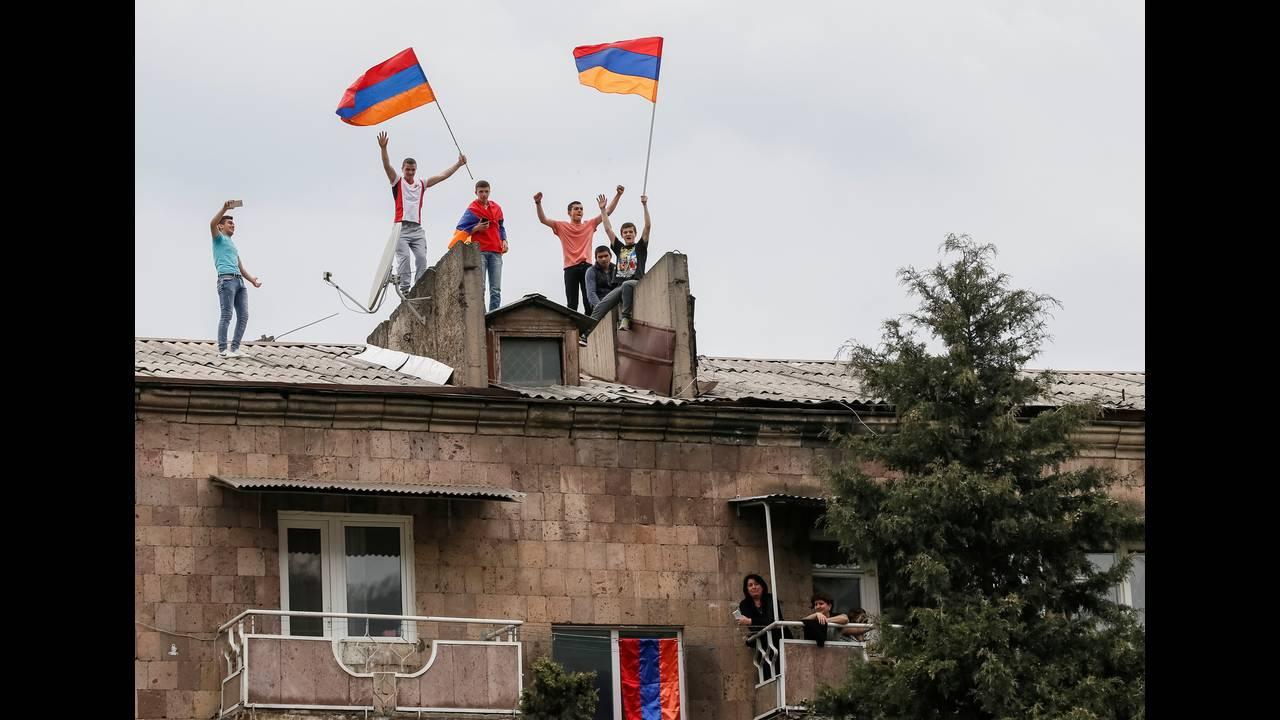 https://cdn.cnngreece.gr/media/news/2018/04/28/127826/photos/snapshot/2018-04-28T150816Z_98105245_RC1403155F60_RTRMADP_3_ARMENIA-POLITICS.JPG