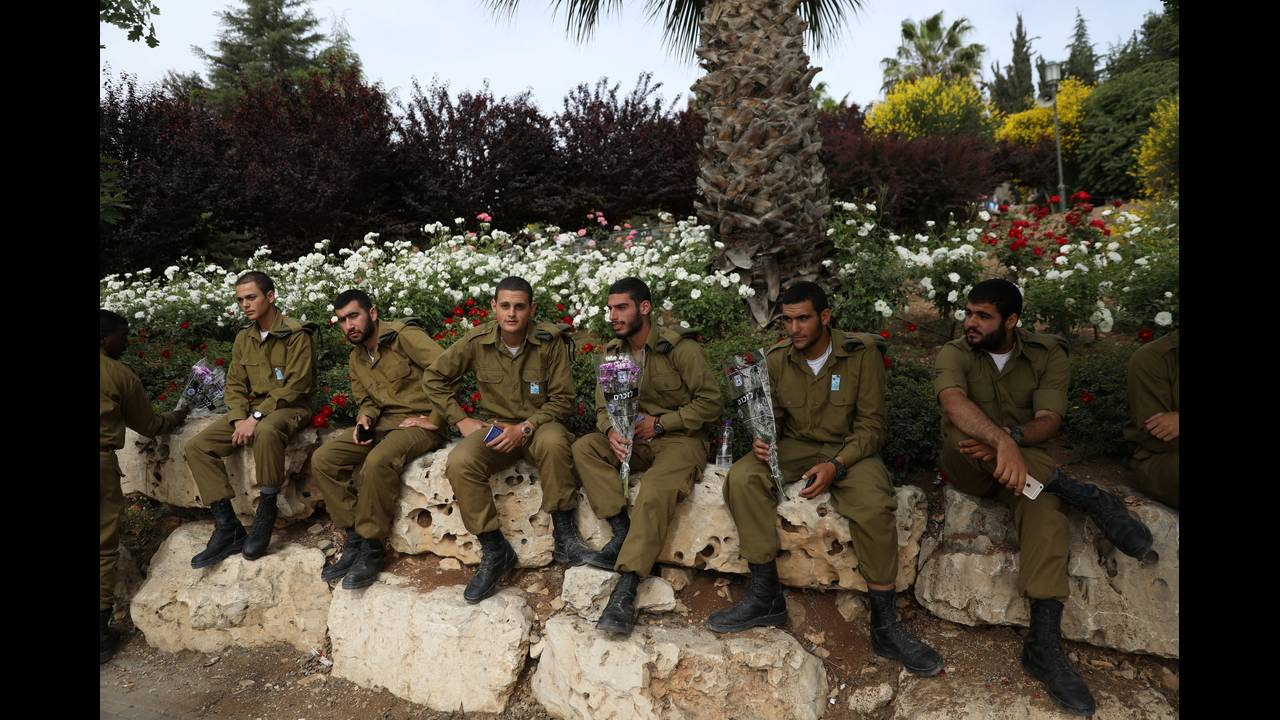 https://cdn.cnngreece.gr/media/news/2018/05/01/128072/photos/snapshot/2017-05-01T092859Z_1227810190_RC15276AA1F0_RTRMADP_3_ISRAEL-MEMORIALDAY.JPG