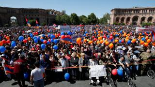 Αρμενία: Χιλιάδες διαδηλωτές στους δρόμους του Γερεβάν ζητούν εκλογή του Πασινιάν