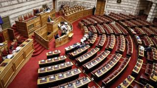 Αντιπαράθεση στη Βουλή για την κόντρα κυβέρνησης - Μαρινάκη