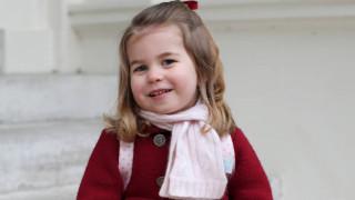 Η πριγκίπισσα Σάρλοτ σβήνει τρία κεράκια