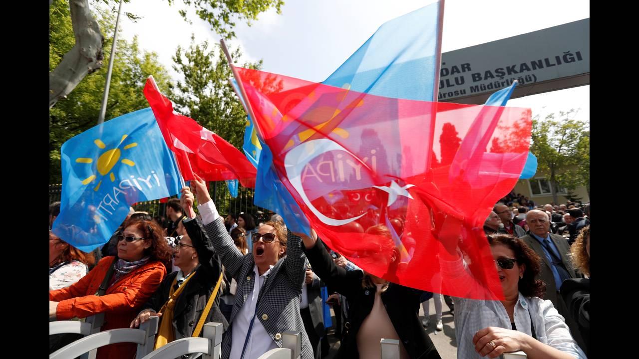 https://cdn.cnngreece.gr/media/news/2018/05/05/128681/photos/snapshot/2018-05-04T095443Z_483137586_RC1630E83440_RTRMADP_3_TURKEY-ELECTION.jpg