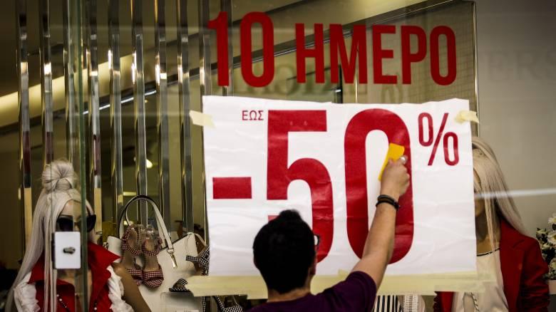 Ενδιάμεσες εκπτώσεις: Ανοικτά σήμερα τα καταστήματα