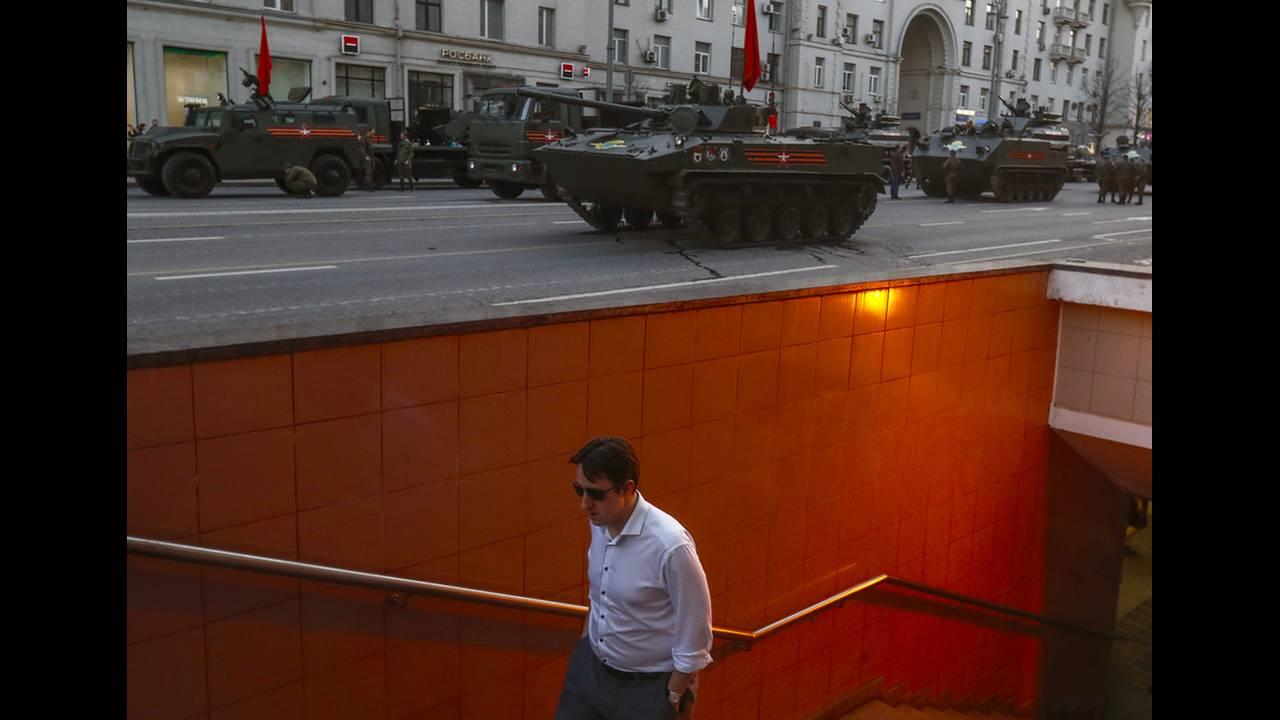 Ρωσικά στρατιωτικά οχήματα κατά μήκος του δρόμου Tverskaya για τις πρόβες στρατιωτικής παρέλασης στη Μόσχα για την 73η επέτειο νίκης κατά των Γερμανών Ναζί. Ρωσία 4 Μαΐου 2018.