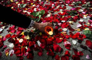 Την Παγκόσμια Ημέρα Ελευθερίας του Τύπου, Αφγανοί δημοσιογράφοι ανάβουν κεριά στο σημείο που 26 άνθρωποι έχασαν τη ζωή τους, μεταξύ των οποίων και 9 συνάδελφοί τους. Καμπούλ. Αφγανιστάν 3 Μαΐου 2018.