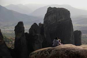 Ένας πατέρας με την κόρη του στην άκρη ενός βράχου των Μετεώρων ένα Κυριακάτικο απόγευμα. Καλαμπάκα 30 Απριλίου 2018.