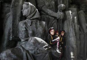 Ουκρανοί δόκιμοι ξεκουράζονται στο 'μουσείο του μεγάλου πατριωτικού πολέμου' μετά την παρέλαση τους για τον εορτασμό της νίκης κατά των Γερμανών Ναζί. Ουκρανία 4 Μαΐου 2018.