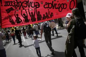 Διαδηλωτές παίρνουν μέρος σε απεργιακή πορεία για την Εργατική Πρωτομαγιά μπροστά από την Βουλή. Αθήνα, Τρίτη 1η Μαΐου 2018.