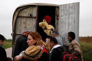 Σύριοι πρόσφυγες που μόλις έχουν διασχίσει τον ποταμό Έβρο, το φυσικό σύνορο μεταξύ Ελλάδας και Τουρκίας, επιβιβάζονται σε ένα φορτηγό της αστυνομίας για να μεταφερθούν στο κοντινότερο κέντρο υποδοχής κοντά στο χωριό Νέα Βύσσα. Ελλάδα 2 Μαΐου 2018.