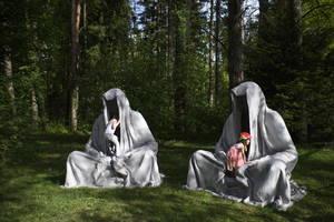 Δύο παιδιά παίζουν στο γλυπτό 'Φύλακες του Χρόνου' του καλλιτέχνη Manfred Kielnhofer κατά τη διάρκεια της διεθνούς καλλιτεχνικής έκθεσης στο Bad Ragaz της Ελβετίας. 5 Μαΐου 2018.